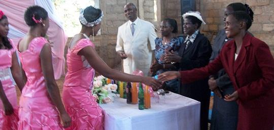 Askofu Magwesela na mama wakiwapongeza maharusi