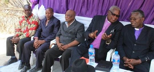 Askofu Mkuu Kezakubi (kulia) akimsikiliza Askofu Nkola wote wakiwa kwenye msiba